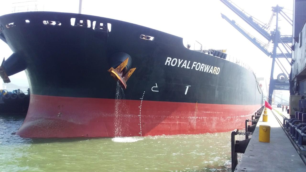 Hai tầu nông sản MYRTO và ROYAL FORWARD cập cảng Cái Lân