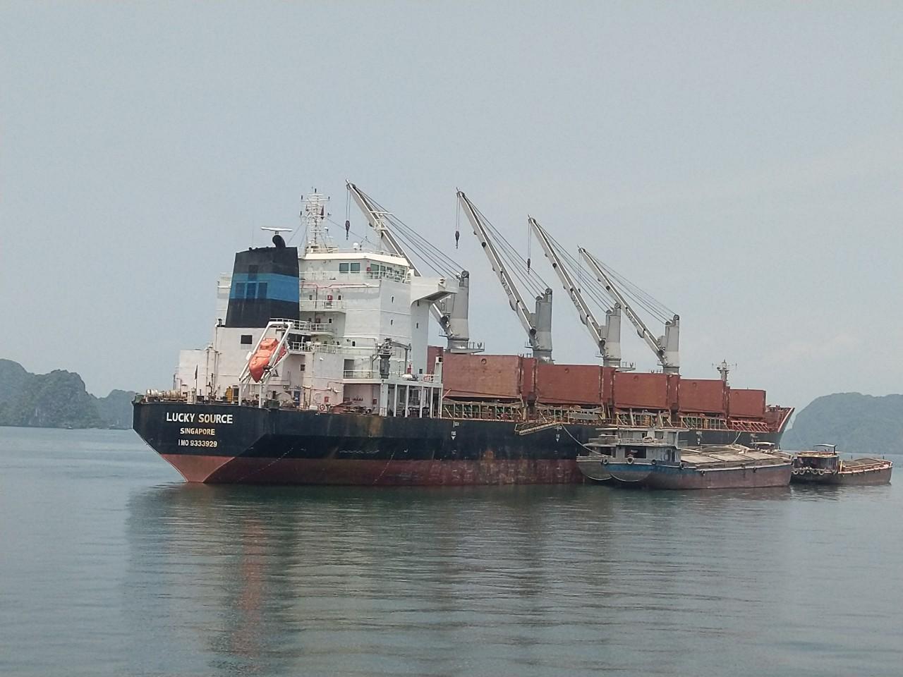 Giảm tải 2 tầu tôn cuộn Vinalines Brave và Lucky Vịnh Hạ Long